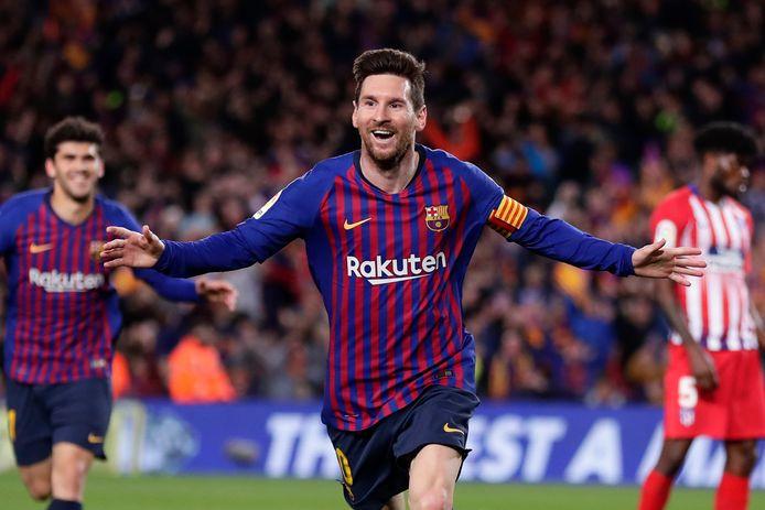 Lionel Messi loopt juichend weg na de 2-0.