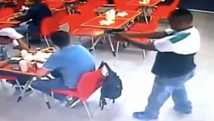 Een bewakingscamera legde in januari 2015 vast hoe Sjaak B. in een restaurant in Panama-Stad van dichtbij in het hoofd werd geschoten.