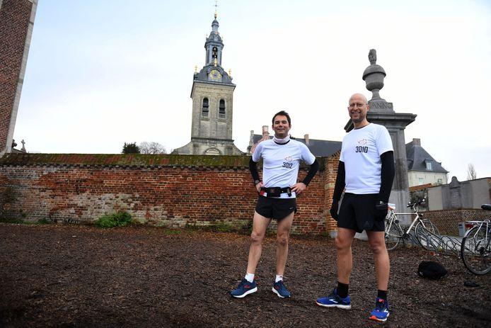 De bekende Leuvense professor Bert Cornillie nam de geoefende marathonloper Dries Verbiest onder de arm en liep een marathon voor het goede doel.