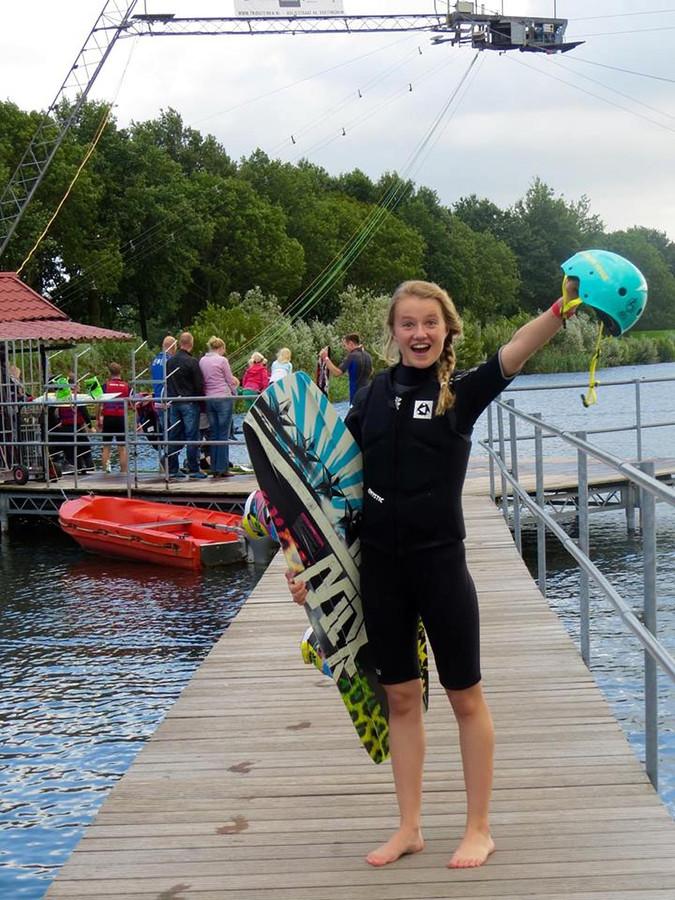 Laura van Kaam met haar wakeboard.