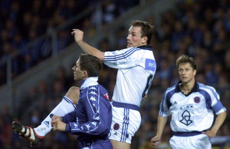 Philippe Clement torent boven Genk-speler Thordur Gudjonsson uit.
