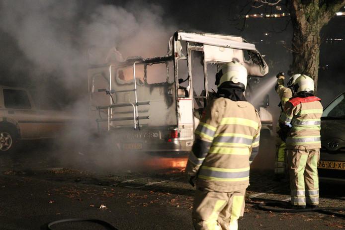 Een camper is gisteravond volledig uitgebrand op de Van Brammendreef in de wijk Overvecht.