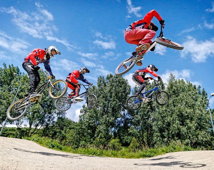 Fietsers van BMX Zoetermeer zijn opeens hun schansen kwijt op hun baan aan de Buytenparklaan.