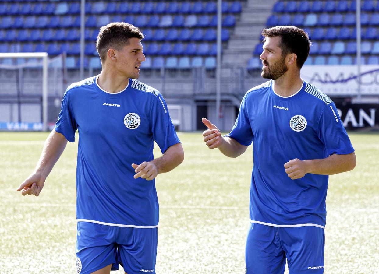 Julian Marchioni (links) hier op de training van FC Den Bosch in gesprek met de andere Argentijnse huurling, Nicolas Romat.