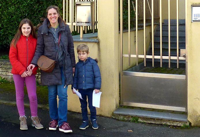 Jacqueline van Gool met haar twee kinderen.