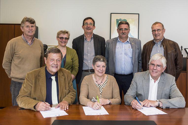 Benny Van der Linden, voorzitter van de raad van bestuur van Openluchtopvoeding, Raymonda Verdyck,afgevaardigde van het GO! onderwijs en Gary Schram, voorzitter van de raad van bestuur van de scholenroep Forum, ondertekenen de overeenkomst.
