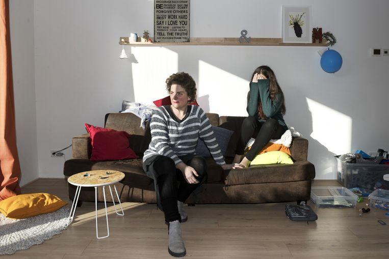 Monique den Ouden met dochter in haar tijdelijke onderkomen. 'Ik sliep thuis op zolder op een luchtbed.' Beeld Sanne De Wilde