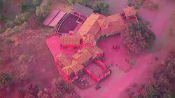 Huis volledig roze door blusvloeistof