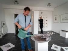 Beeldhouwer Harry de Leeuw in Rheden heeft een galerie in zijn eigen woning