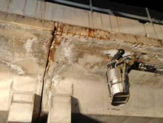 Stukken beton vallen van Italiaanse autosnelwegbrug