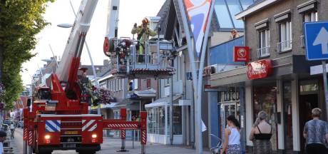 Brand op dak appartement boven Kruidvat in Bladel, veel rookschade in naastgelegen panden