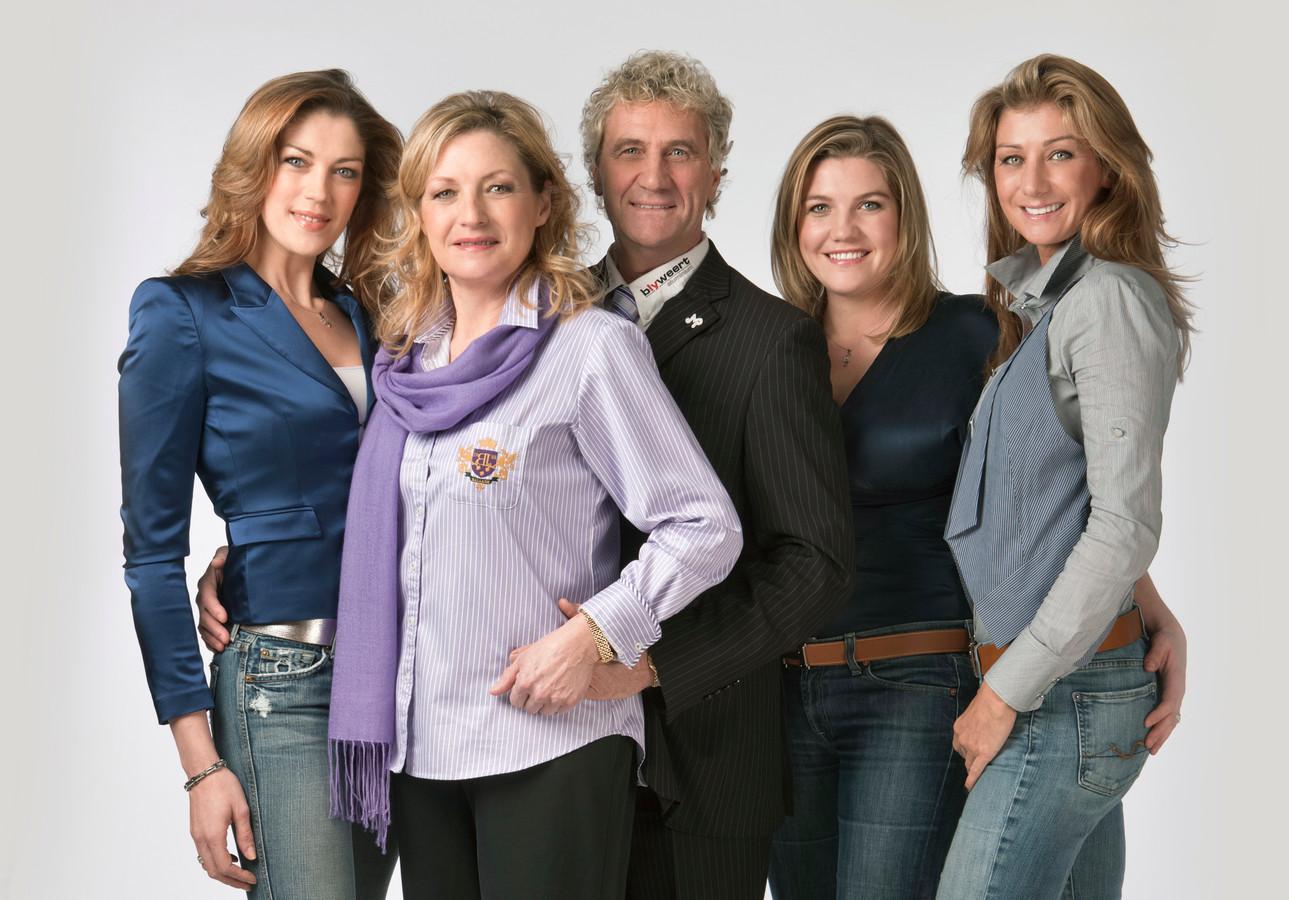 Een oudere familiefoto van de Pfaffs, ten tijde van hun realityreeks op VTM.
