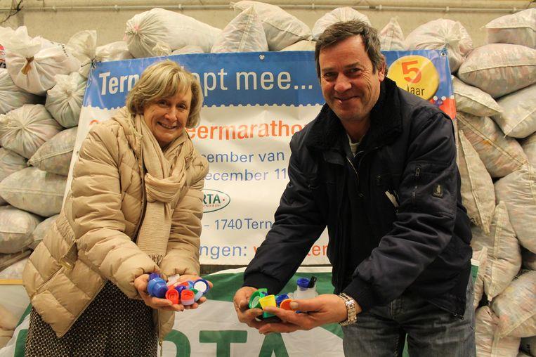 Organisatoren Ann Asselman en Freddy De Braekeleer met een paar dopjes in de handen.