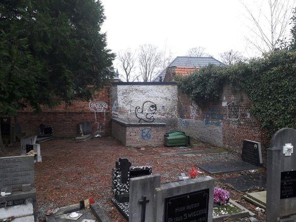 De jongeren worden regelmatig op het kerkhof in Tildonk gesignaleerd. Het is onduidelijk of zij deze schade hebben aangericht.