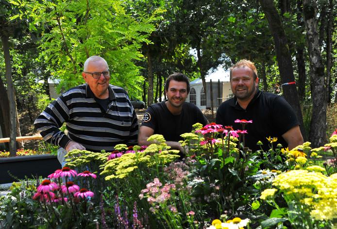 Rini Geven, Arvid Schellens en hovenier Martin Buijtels (vlnr) in de tuin die Buijtels op de beurs presenteert.