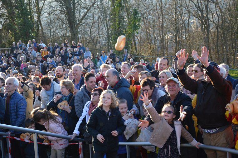 Veel volk voor de krakelingenworp vanop de Oudenberg.