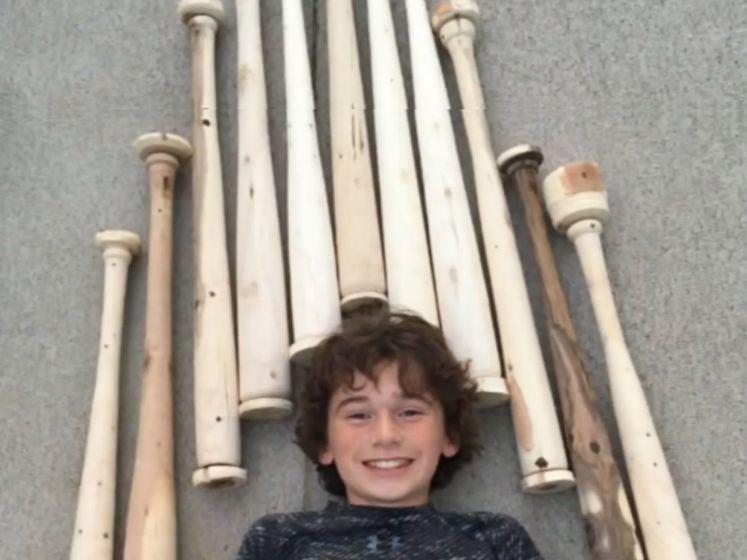 Hartverwarmende actie: 12-jarige Tommy maakt baseballknuppels van afgebroken hout door windstorm