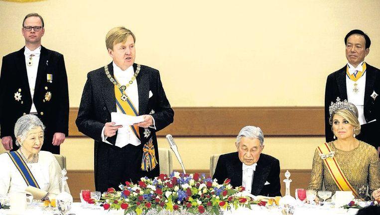 Tussen de gangen van het staatsbanket door richtte koning Willem-Alexander woensdag in Tokio het woord tot het keizerlijk paar. Beeld anp
