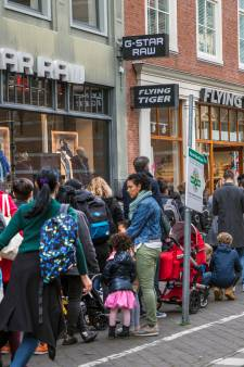 Shoppers worden spontaan vrienden in urenlange wachtrij bij Flying Tiger