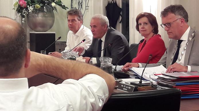 Ina Batenburg met rechts van haar collega-wethouders Sjef Verhoeven en Peter Smit en links burgemeester Janssen.