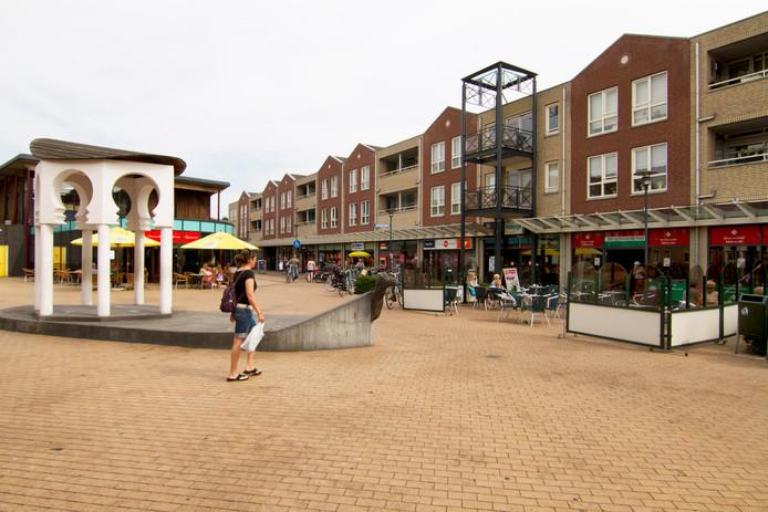 Winkelcentrum De Wyborgh in een warmere periode, gezien vanaf het Dorpsplein.