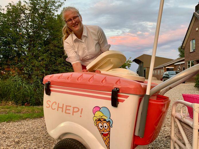 Carolien van der Leeden (17) besloot er iets bij te doen deze zomer en verkoopt ijs, vanuit haar eigen kar. Vers ijs, gemaakt door haar en haar moeder van boerenmelk.