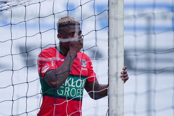 Kevin Bukusu slaat de hand voor zijn gezicht na zijn eigen doelpunt.