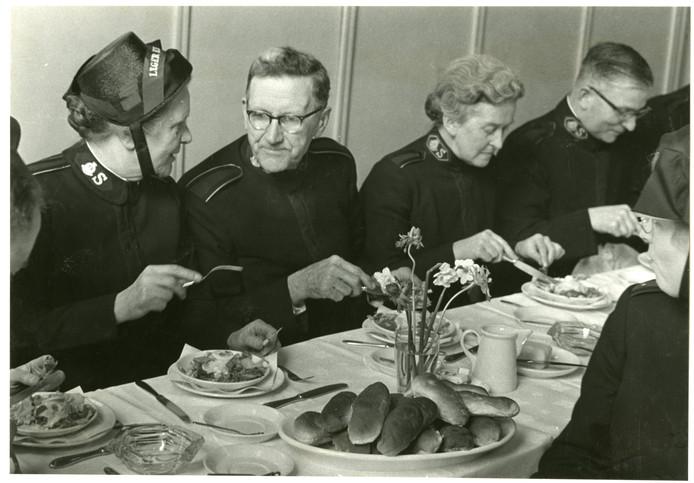 Heilssoldaten eten in 1963 een broodje op de Prinsegracht.