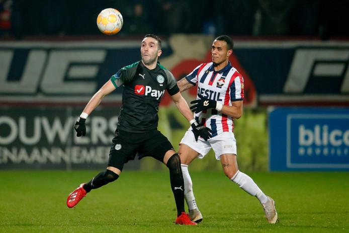 Damil Dankerlui (rechts) in duel met Mimoun Mahi van FC Groningen.