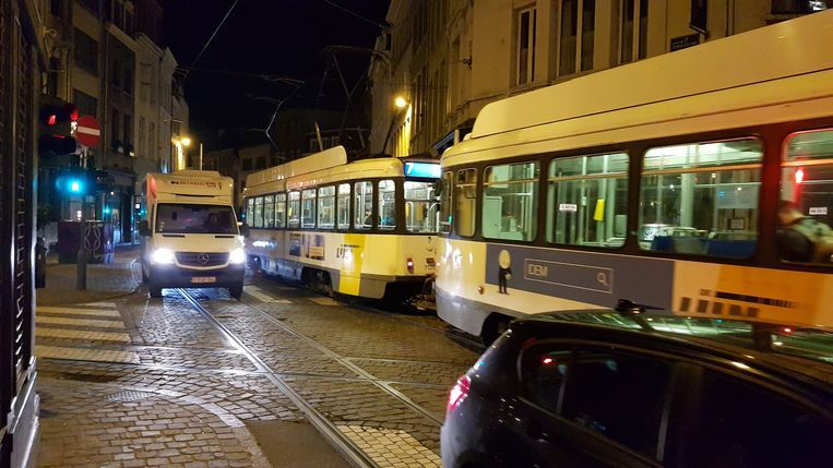 Op dit  kruispunt van Sint-Katelijnevest ging de chauffeur uit de bocht.
