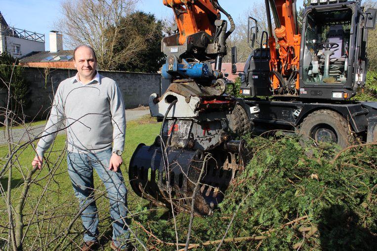 Schepen Jason Van Landschoot aan de kraan die het groen uit de tuin komt halen. Daar komen 14 extra parkeerplaatsen.