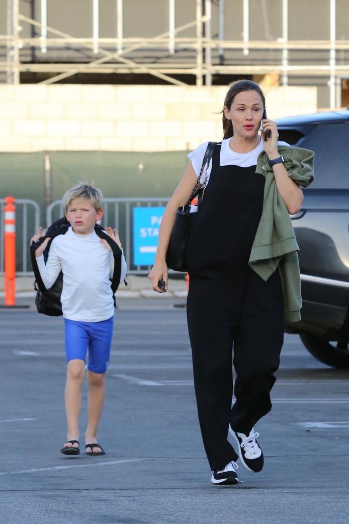 Jennifer Garner emmenant son fils Samuel à la piscine.