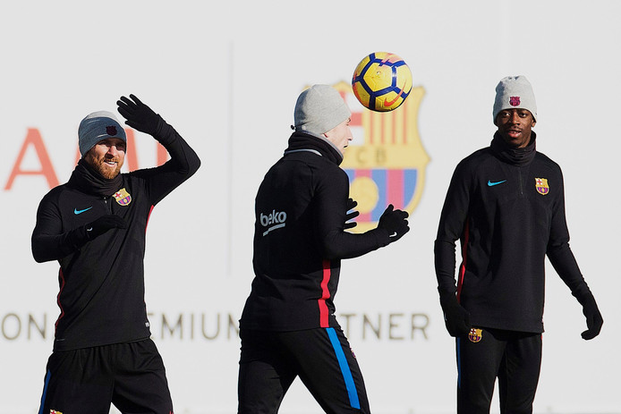 Ousmane Dembele op de training samen met Ivan Rakitic en Lionel Messi.