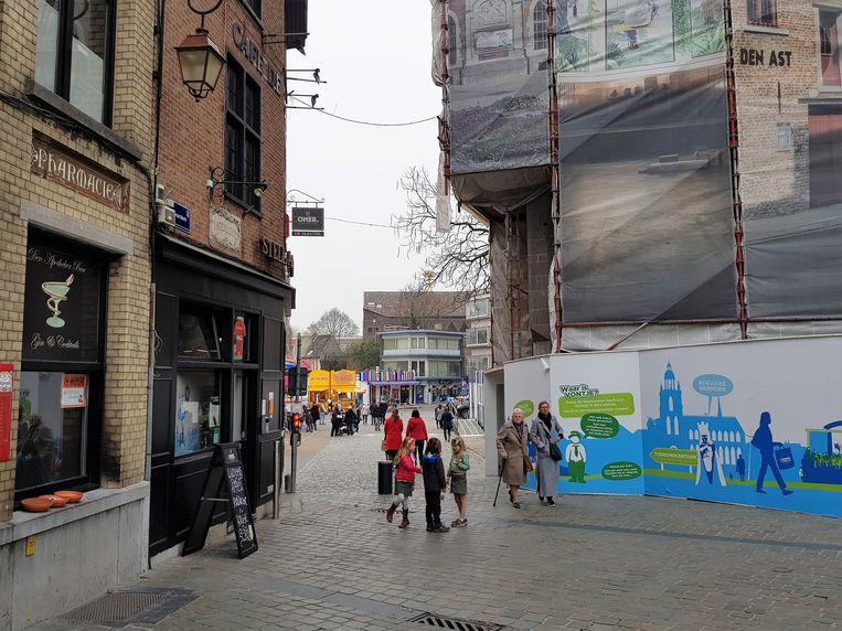 De stelling aan het Historisch Stadhuis is verbouwd zodat de grote chars aan de doorgang ter hoogte van café De Sleutel door kunnen rijden.