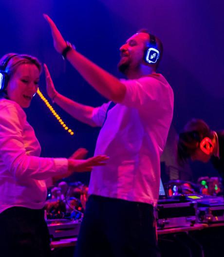 Dansen op wieltjes met een koptelefoon op tijdens de silent roller disco