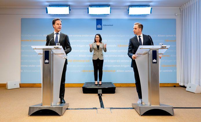 Premier Mark Rutte en Minister Hugo de Jonge van Volksgezondheid, Welzijn en Sport (CDA) tijdens de persconferentie op het ministerie van Veiligheid en Justitie