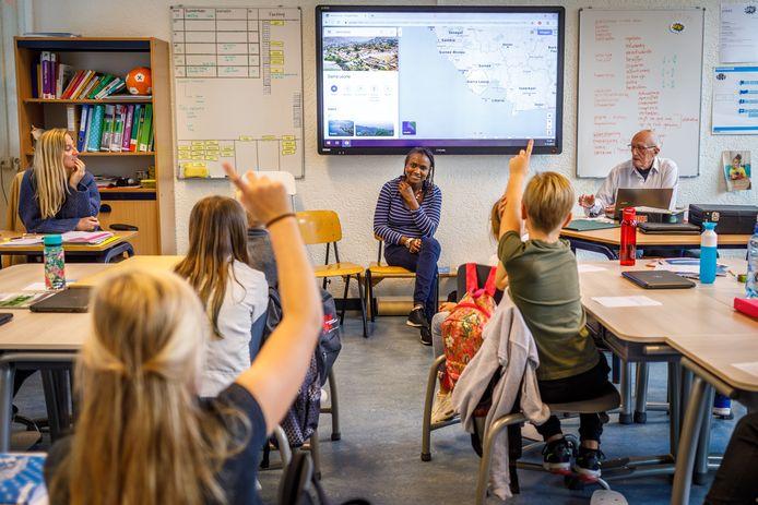 In het kader van de week van de laaggeletterdheid gaan statushouders in Zwartewaterland op bezoek bij basisscholen om aandacht te vragen voor het thema. Jaminatu Jalloh (23) is samen met vrijwilliger Kees Moezelaar op bezoek bij CBS Het Anker in Hasselt.