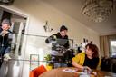 Ad van Wereld (links) en Toon Buitinck dragen bij Monique Fischer een ruit de huiskamer in.