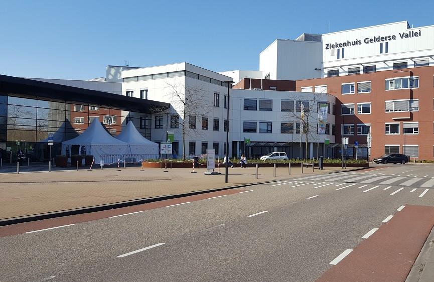 Voor de extra check staat er nu een tent bij de hoofdingang van Ziekenhuis Gelderse Vallei in Ede.