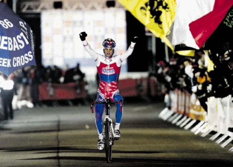 Stybar passeert juichend de finish van de Superprestige veldrit in Diegem. De Tsjechische wielrenner bleef in de Belgische plaats de lokale favorieten Vantornout en Nys voor. ( FOTO BELGA) Beeld AFP