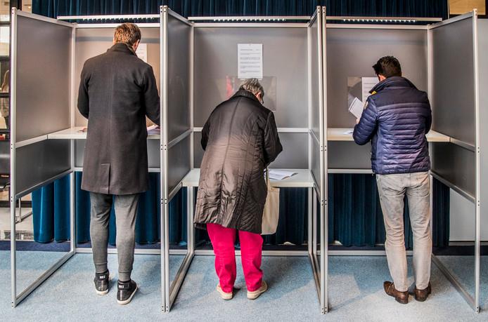 Stemlokaal in het Stadhuis van Apeldoorn. De stemmen worden uitgebracht. Foto Rob Voss