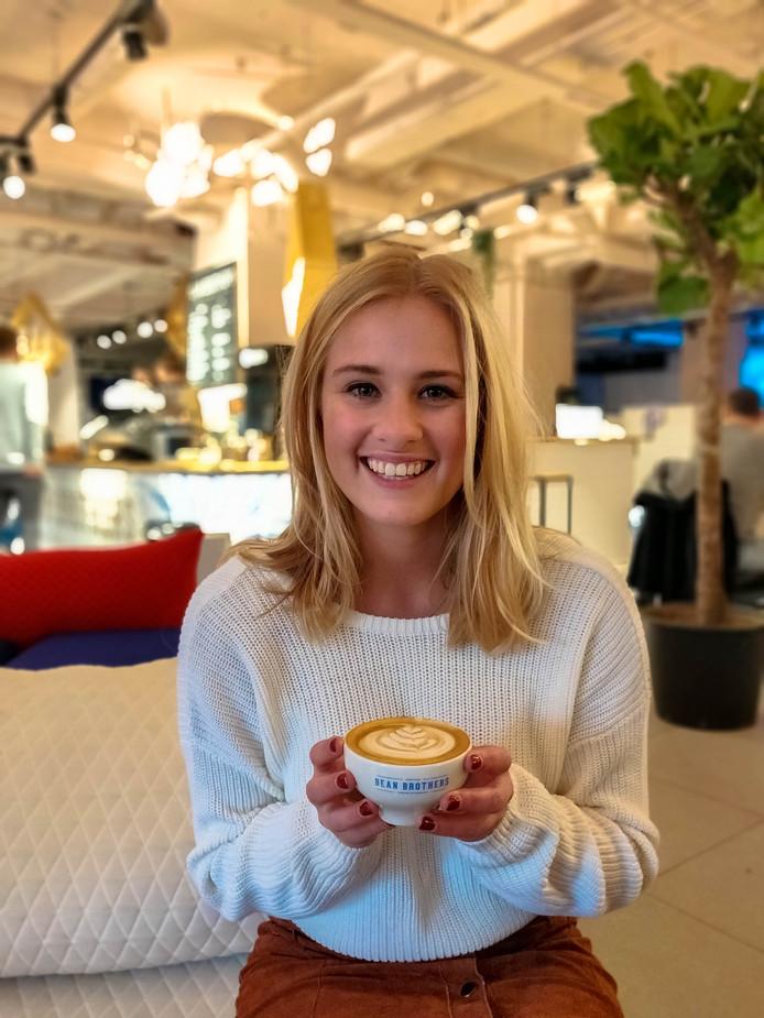 Sam Lasaroms bezoekt voor haar website koffietje.nl honderd koffiebars in dertig dagen.  Hier zit ze bij Beanbrothers in Eindhoven.