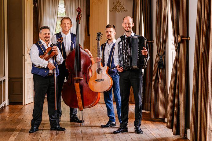 Het Kalinka Ensemble met Pal Szomora (viool), Herman De Rycke (contrabas), Gabor Ladanyi (gitaar) en Sven Van De Voorde (accordeon).