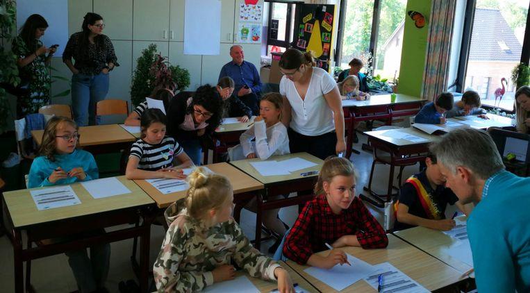 ook burgemeester Rudy Van Cronenburg (achteraan) schoof zijn voeten onder de lessenaar tijdens de participatieve kindergemeenteraad.