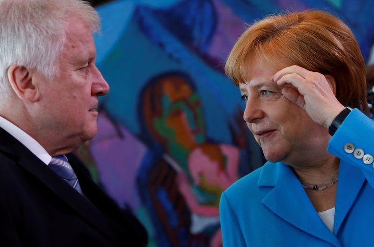 CSU-leider Horst Seehofer in gesprek met bondskanselier Angela Merkel, 13 juni 2018.  Beeld Reuters
