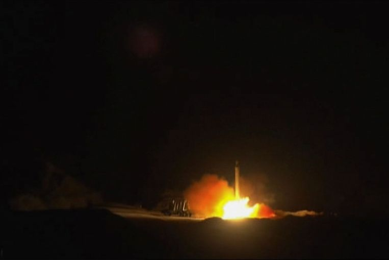 Beeld van het door de staat gerunde persbureau Iran Press waar naar verluidt verschillende raketten vanuit de Islamistische republiek tegen de Amerikaanse militaire basis in Ein-al Asad in Irak worden gelanceerd. Beeld AFP