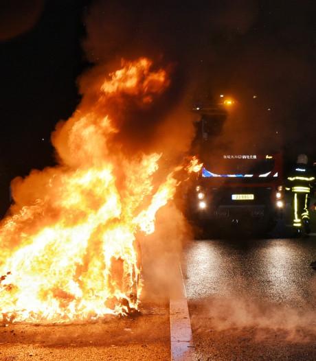 Auto volledig uitgebrand op N269 bij Hilvarenbeek