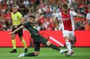 Razvan Marin zet een tackle in op Lasse Schöne. Marin is door Ajax vastgelegd voor het nieuwe seizoen.