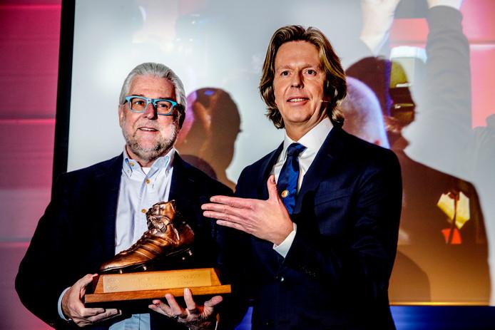 Pim Blokland (l.) ontvangt de Wim van Hanegem-trofee uit handen van directeur Jan de Jong.