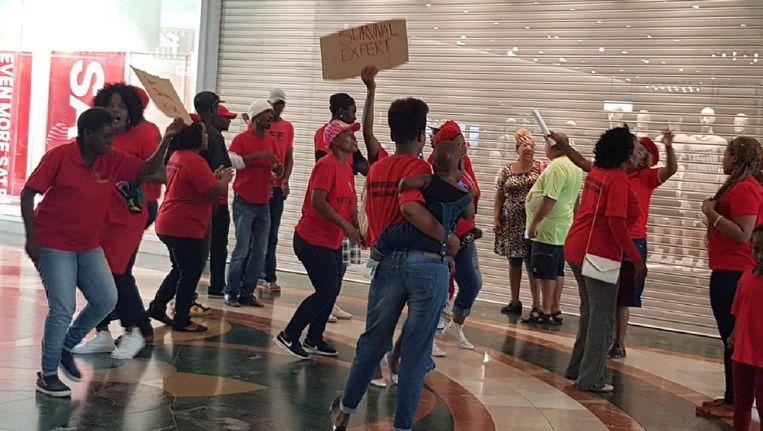 Demonstranten voor een H&M-filiaal in Kaapstad Beeld reuters